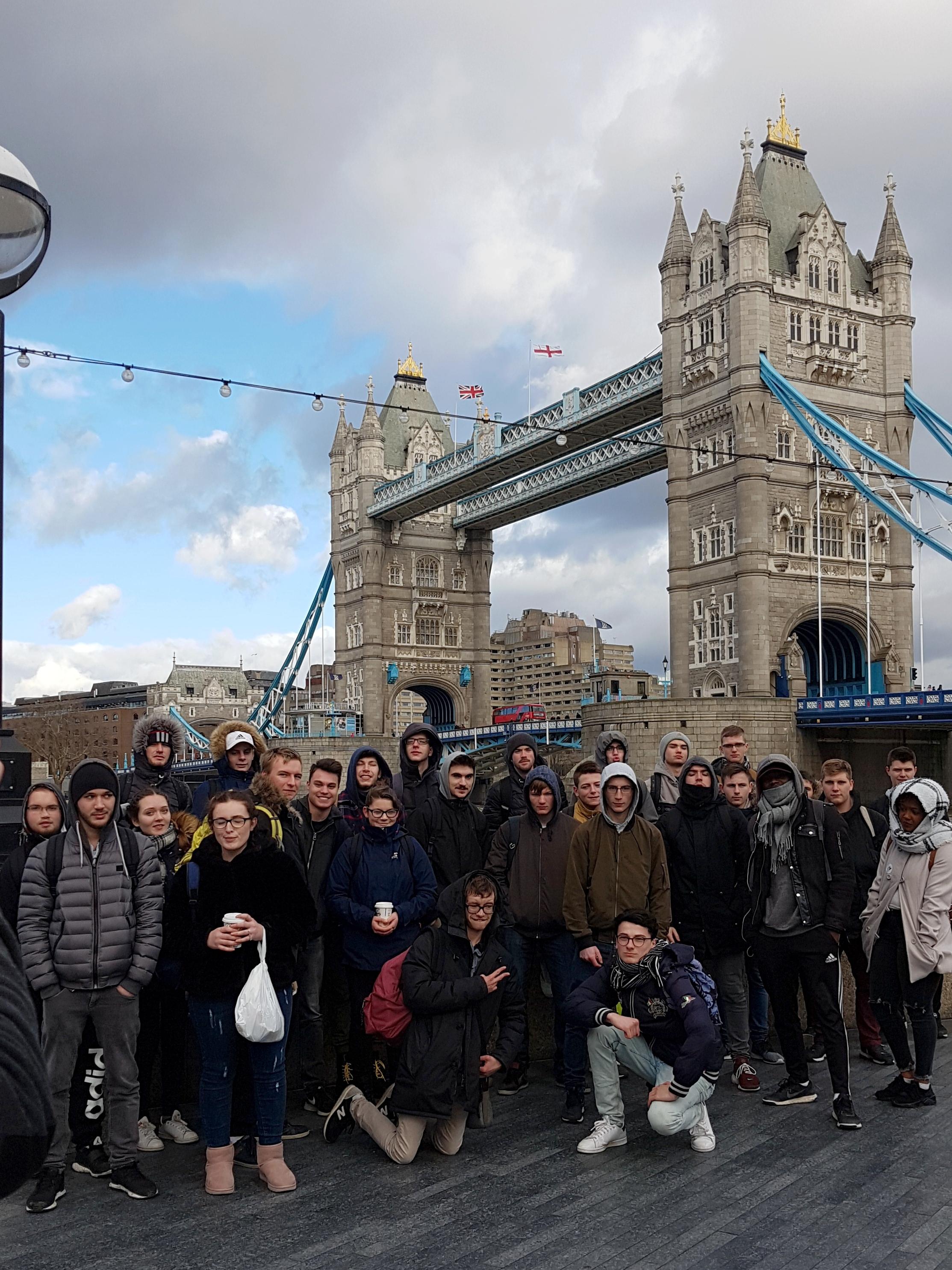 Les Terminales Pro devant le Tower Bridge